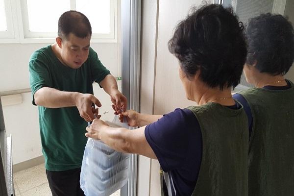자원봉사자분이 재가이용인 가정에 방문하여 음식을 전해주셨습니다