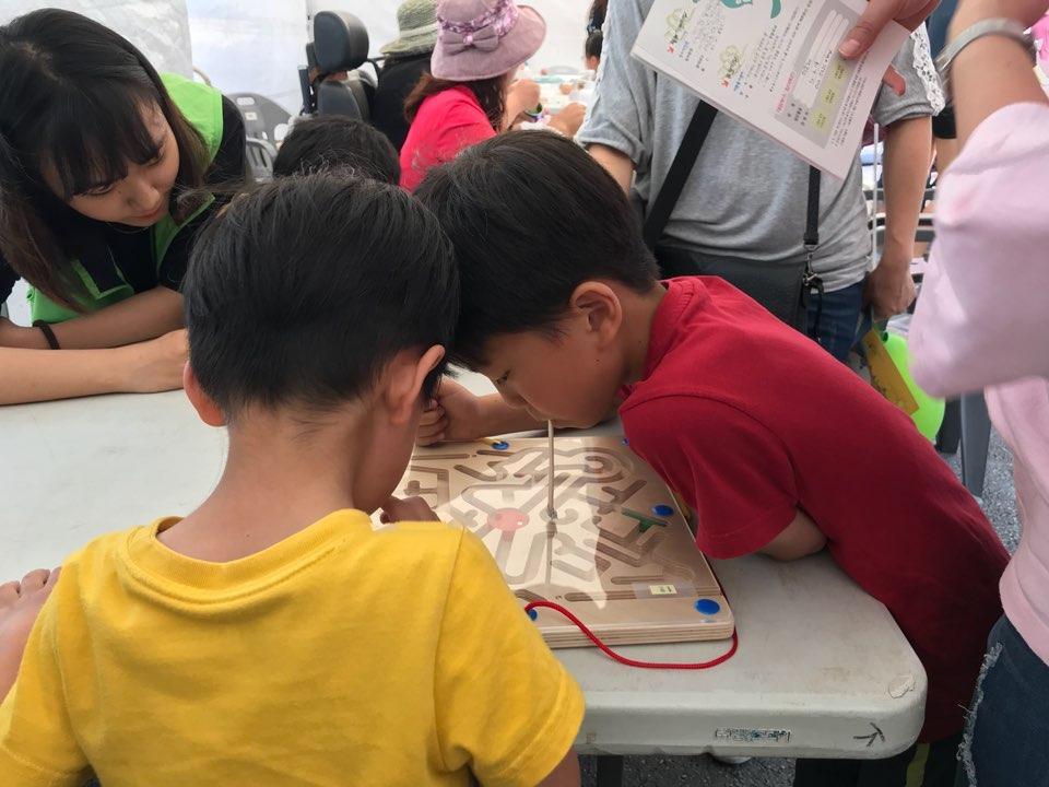 아이들이 막대를 입에물고 지체장애 체험을 진행하고 있다.