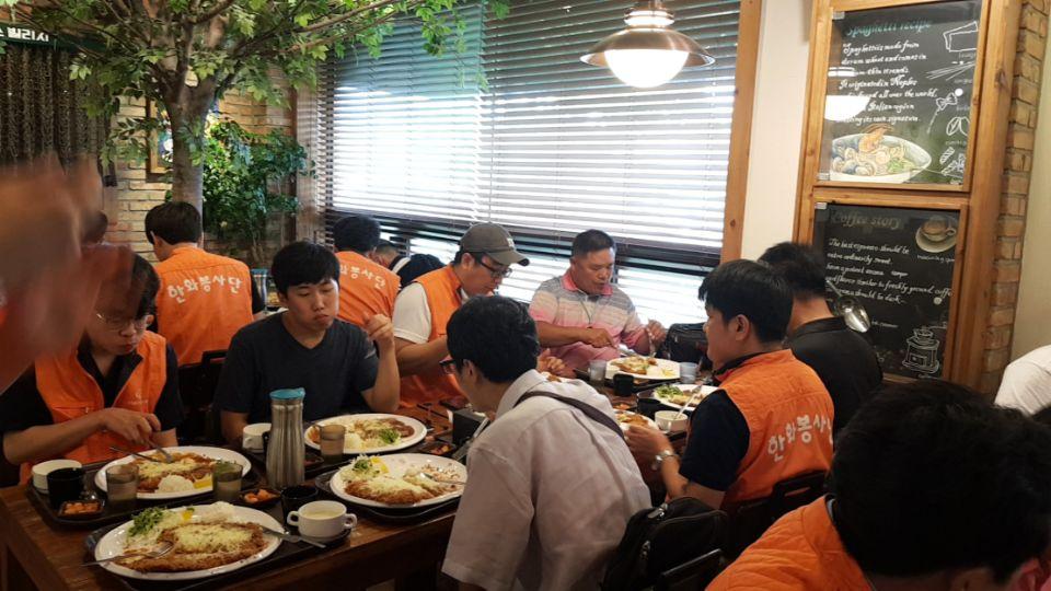 인천대공원 인근 식당에서 참여자들이 식사를 하고 있는 모습(돈까스)