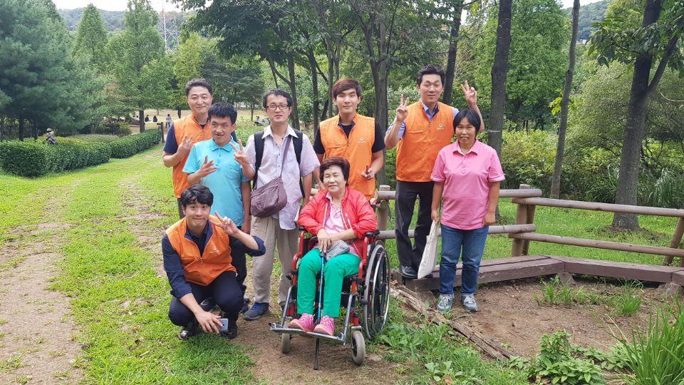 인천대공원 수목원에서 참여자들과 한화손해사정자원봉사단이 함께 찍은 사진