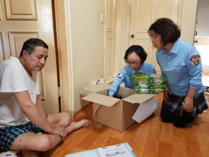 재가이용인 가정방문을 통한 물품전달