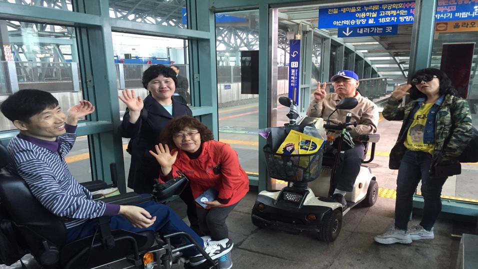 천안아산역에서 서울역으로 향하는 KTX를 기다리며