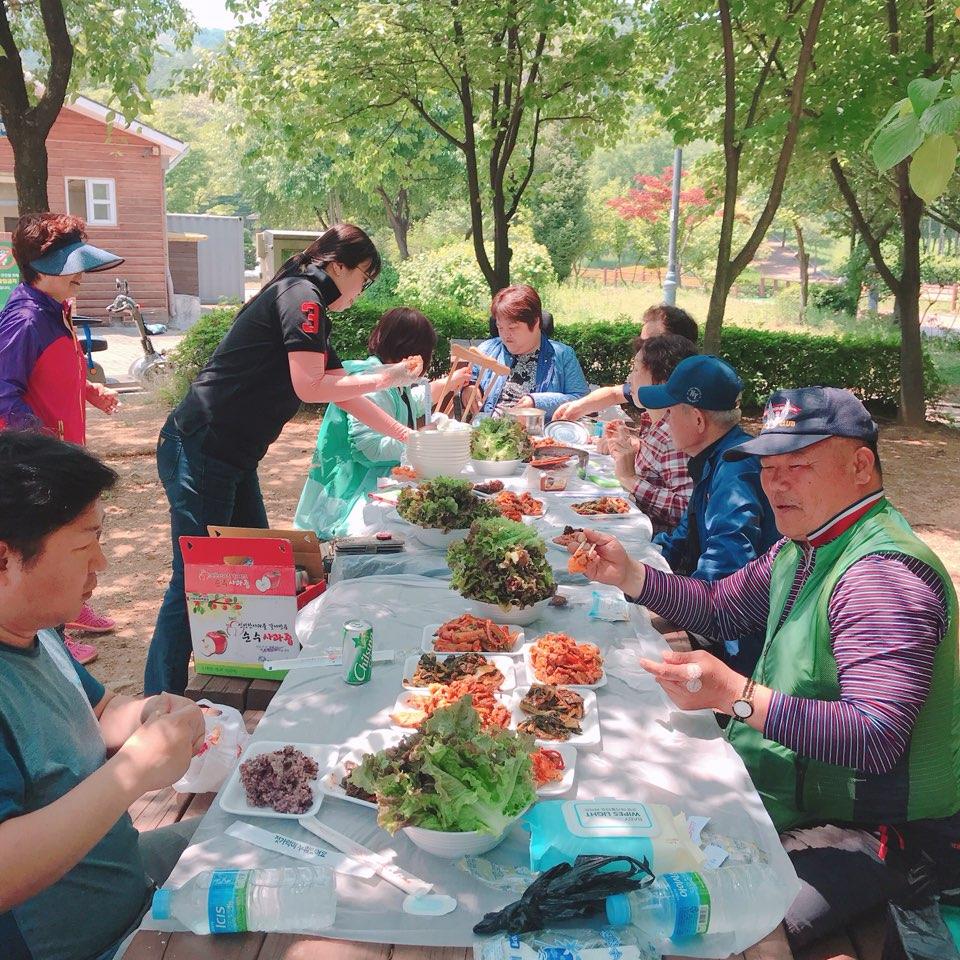 원적산 공원 벤치에서 음식을 나눠 드시는 모습