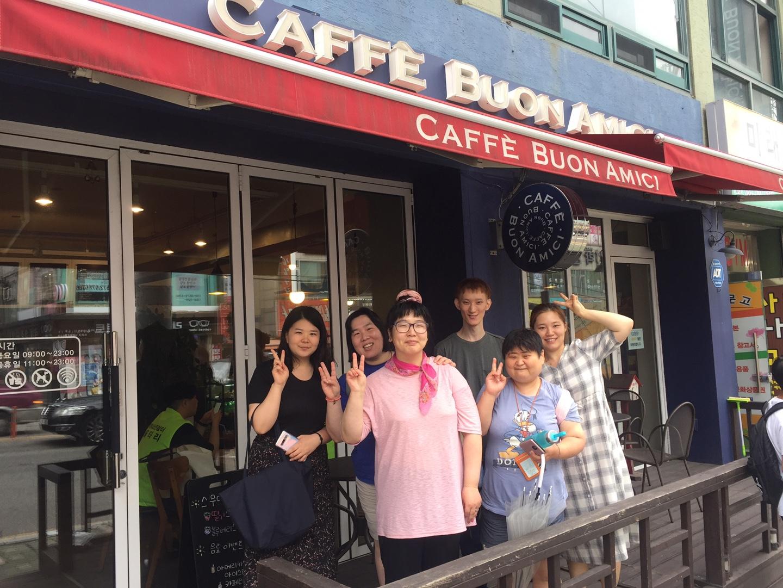 본아미치 카페 앞에서 단체사진