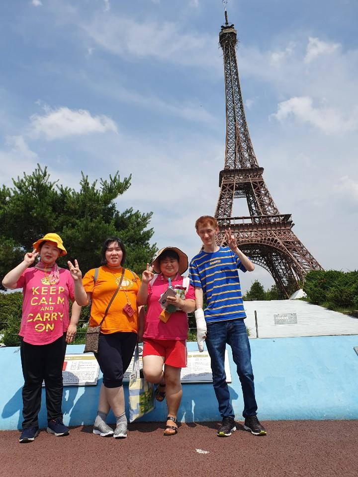 아인스월드 에펠탑 앞에서 단체사진